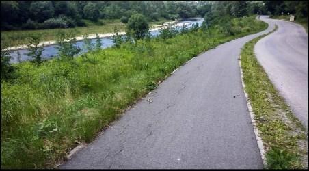 W dolinie Raby, ścieżka rowerowa między Pcimiem a Stróżą.