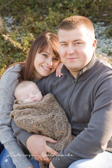 Sesja rodziny z dzieckiem w plenerze w Krakowie. Zdjecie wykonał fotograf dzieciecy w Krakowie