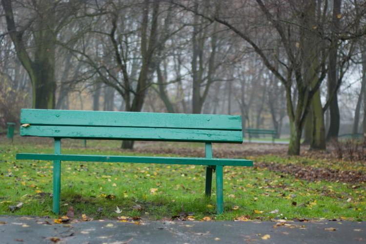 Czekanie jak siedzenie na ławce w parku