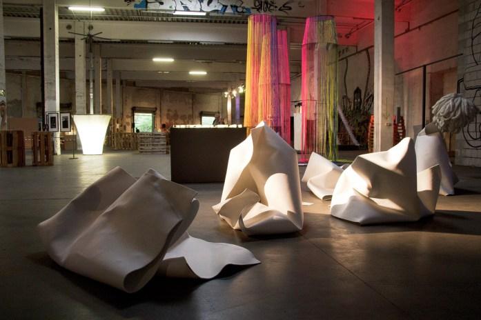Vordergrund: J. Popp (Fachhichschule Hof - Textildesign)