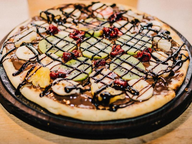 Assaggia la pizza in versione dessert, con frutta e cioccolato
