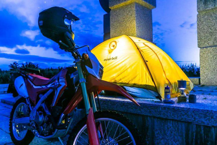 北追岬でテント設置 バイクとテント