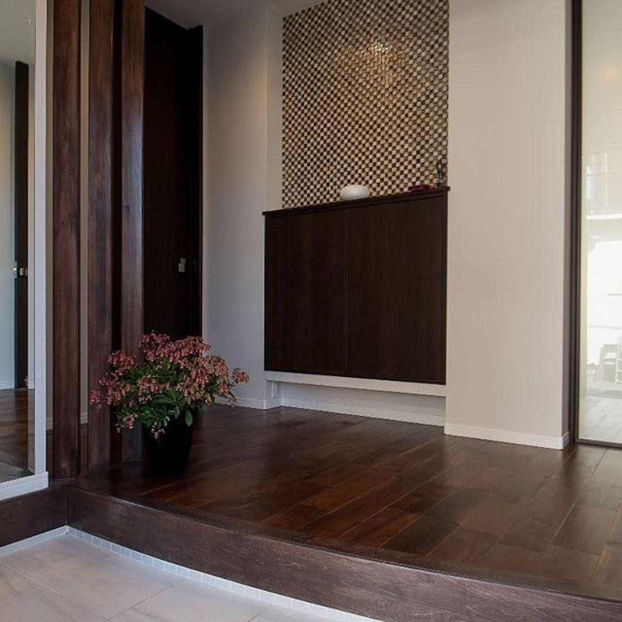玄関ホールに吹かし壁で造作棚をおくだけでグッと雰囲気がでてきます。最初は棚をたくさん設置して収納にする予定が、シューズクロークが思った以上に広くとれたので変更。#玄関ホール、#施工例 、#エコカラット 、#丸い框、#飾り棚、#ウォールナット 、#造作柱