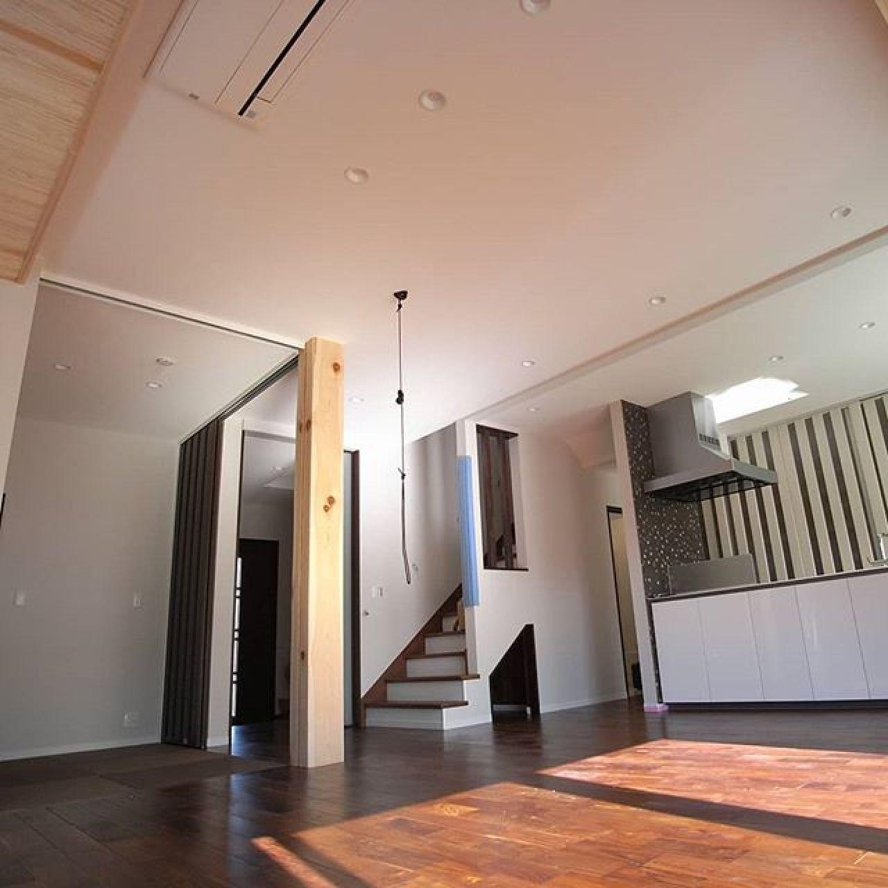 左サイドに大黒柱と畳コーナー。その右となりに玄関ホールからの入口ドア。どちらも天井に迫る大きくて背の高い特注建具。#大黒柱#畳コーナー #天井エアコン #ブラックウォールナット #crasso #クラッソ #アイランドキッチン #広々リビング #高い天井 #大空間 #注文住宅 #自然素材の家