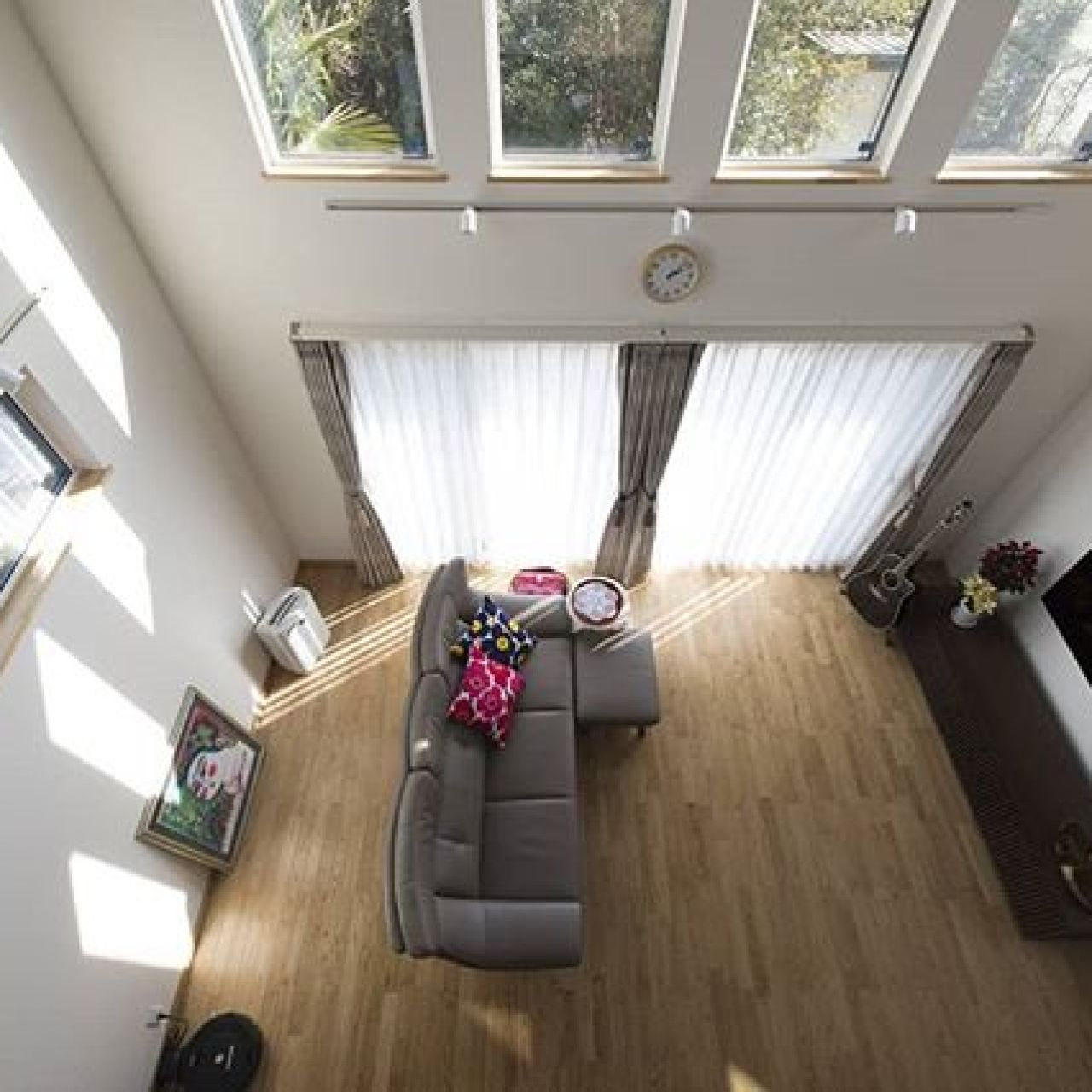 主寝室から見下ろすリビング。トリプルガラスサッシの超高気密・高断熱住宅だから、冬場もとっても暖かく快適なのに省エネ・エコに暮らせます。#省エネ #トリプルガラス #apw430 #全館空調 #床暖房 #無垢 #無垢床 #無垢フローリング #自然素材 #自然素材の家 #自然素材住宅 #吹き抜け #勾配天井 #壁掛けテレビ #高断熱 #高気密高断熱 #高気密 #住ま居る #注文住宅