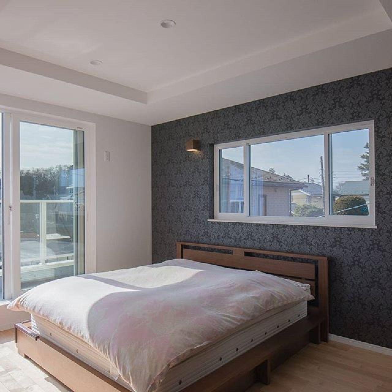 天井を折り上げ一面だけデザインウォールに。壁紙(クロス)を一工夫するだけで随分とイメージが変わります。#折り上げ天井 #寝室インテリア #寝室照明 #壁紙 #デザインウォール #APW330#ハイサッシ #注文住宅