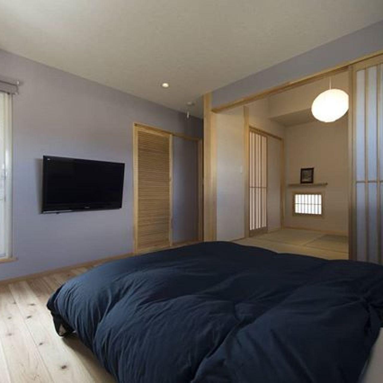 趣のある旅館のような主寝室。杉板の床、右手に畳コーナー、正面にウォークインクローゼット、配線はクローゼットに隠した壁掛けテレビ、その左がバルコニーへのドア。うらやましいです。#寝室 #畳コーナー#壁掛けテレビ #無垢 #杉の建具 #フローリング #バルコニー #和モダンインテリア #注文住宅#木の香り