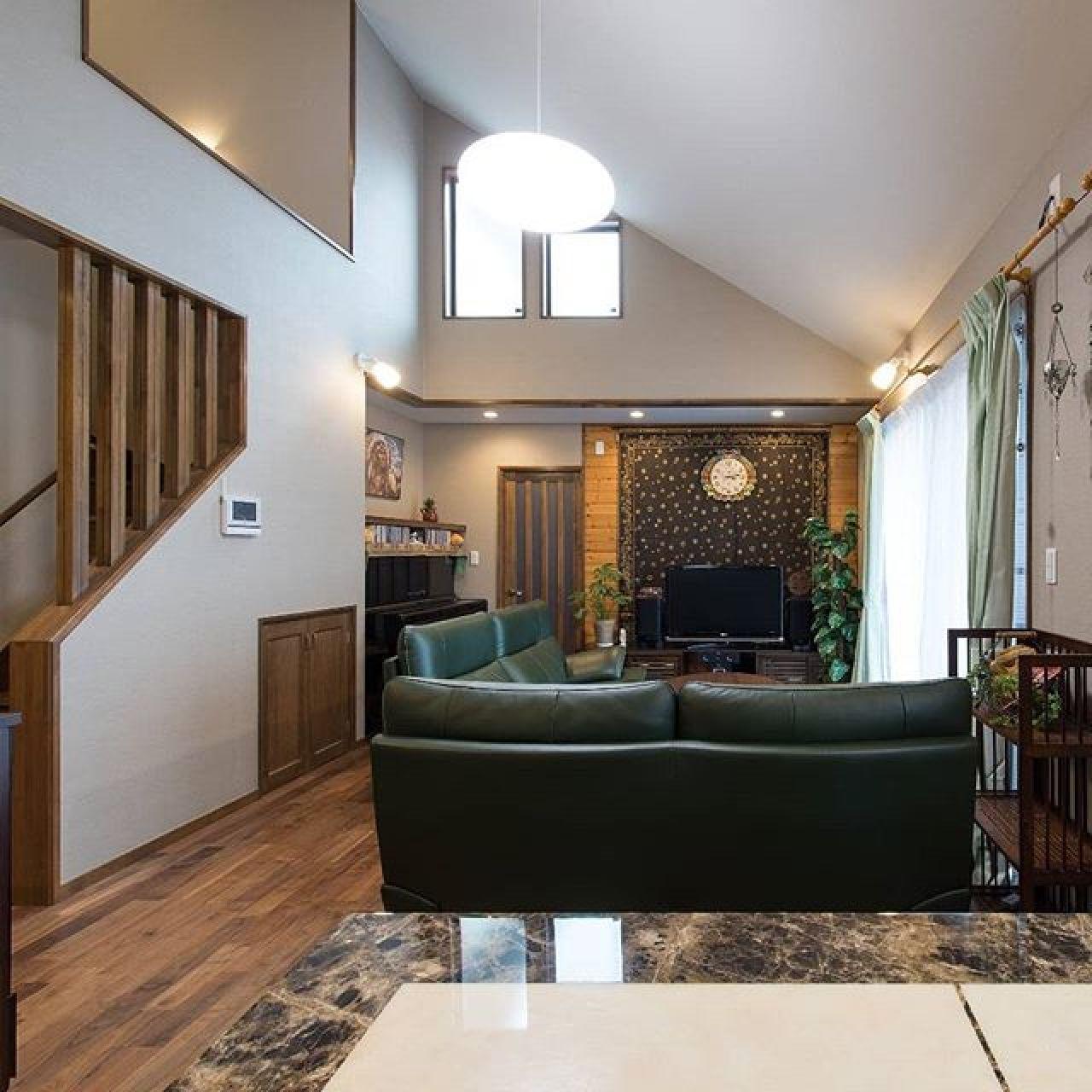 クラシックな雰囲気のLDK。正面にホームシアターのスクリーンが隠れています。#ホームシアター#スクリーン#高気密 #高断熱 #自然素材 #注文住宅 #ブラックウォールナット #勾配天井 #ピアノ #吹き抜け