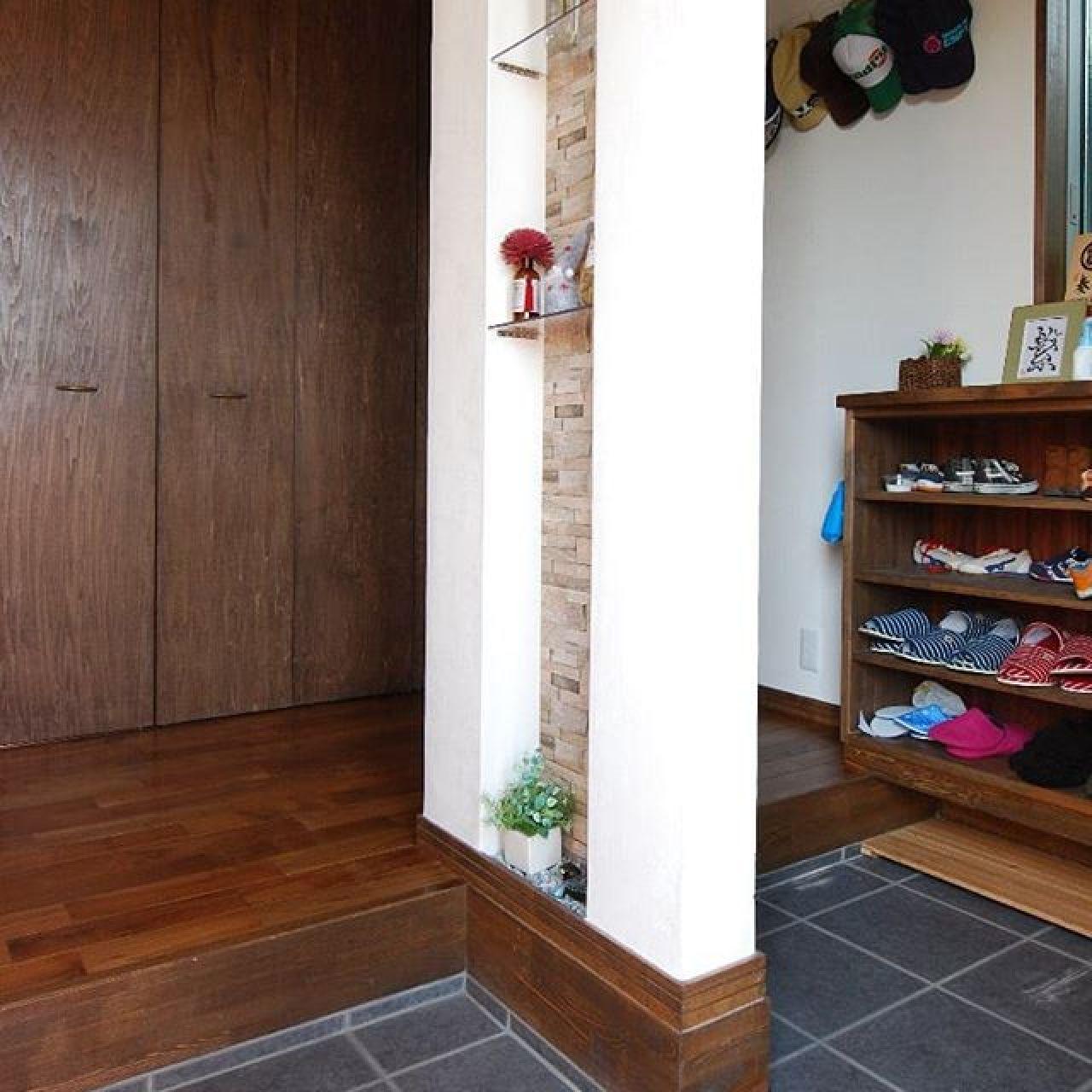家族用の出入りを分けた玄関ホール。正面に納戸を配しスッキリと片付きます。#玄関 #玄関インテリア #玄関収納 #壁厚収納 #帽子 #スリッパ#家族用玄関 #無垢フローリング #自然素材住宅 #注文住宅