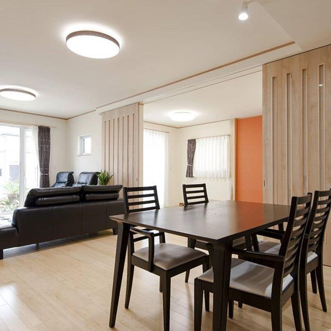 天井までの大きな建具をオリジナルで製作。広々とした空間造りに貢献。#オリジナル建具 #リビング続きの和室 #スイス漆喰 #自然素材 #注文住宅 #畳コーナー #モダン和室