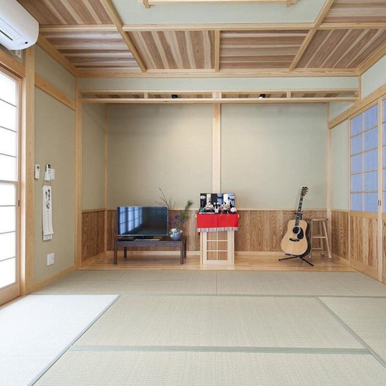リビング続きの畳敷の趣味室兼客間。「和」を全面に打ち出しています。#和モダン#モダン和室 #本格和室 #縁側 #広縁 #趣味室 #ギター #格天井 #杉 #畳#和紙畳#い草 #自然素材#注文住宅