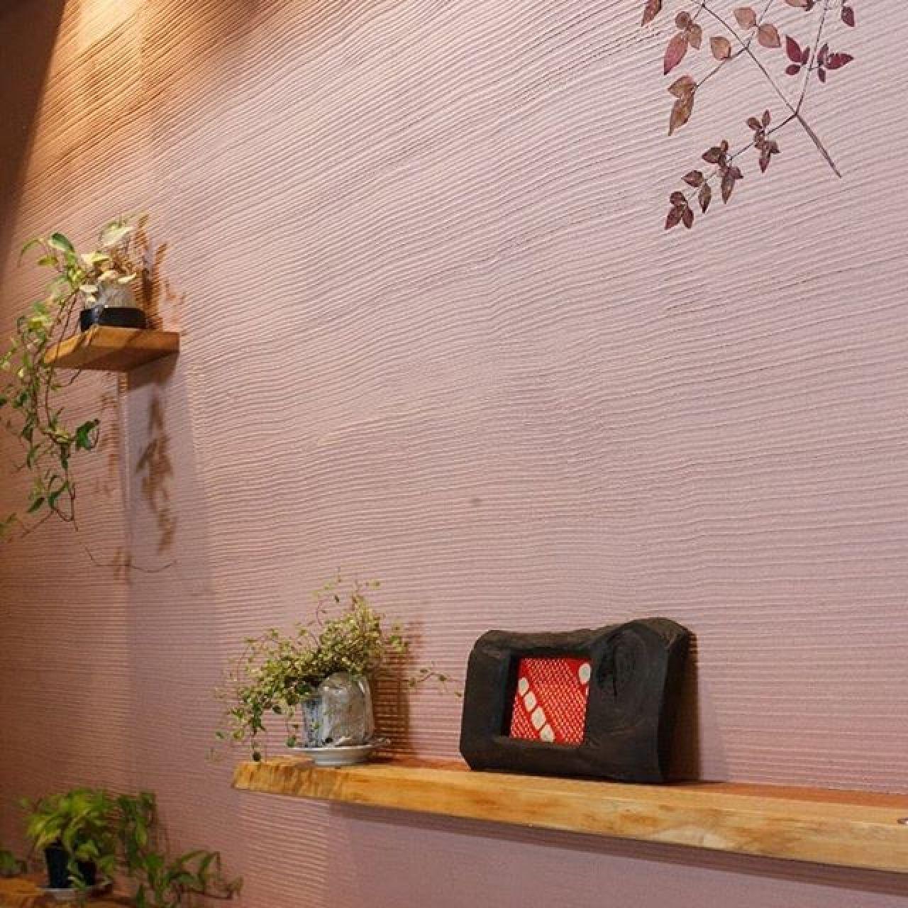 珪藻土壁に紅葉時の本物の木の枝を塗り込んだり、耳付きの無垢の板を小棚に活用しました。とっても暖かみのある壁です。#珪藻土#自然素材#造作#デザイン#安らぎ#こだわり#注文住宅