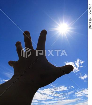 太陽に伸ばす手の寫真素材 [552864] - PIXTA