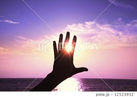 手と太陽の光の寫真素材 [12523932] - PIXTA