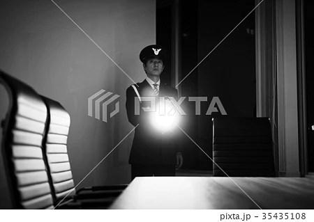 夜間の巡回をする警備員の写真素材 [35435108] - PIXTA