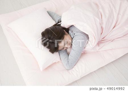 眠る女性・うつ伏せの寫真素材 [49014992] - PIXTA