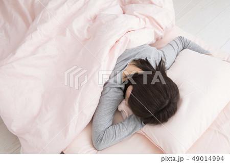 眠る女性・うつ伏せの寫真素材 [49014994] - PIXTA