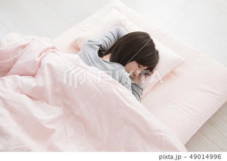 眠る女性・うつ伏せの寫真素材 [49014996] - PIXTA