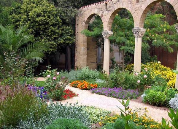 11 types of gardens - Mediterranean garden