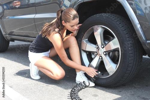junge Frau prüft Luftdruck