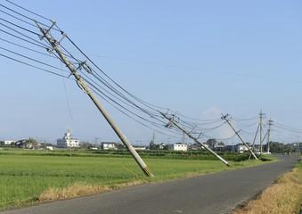 台風で傾いた電柱