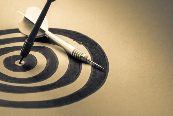 Formulieren Chefs zu ehrgeizige Ziele, kann es sein, dass Mitarbeiter sich schnell überfordert fühlen. Schlechte Stimmung ist die Folge. (Foto: Shutterstock)