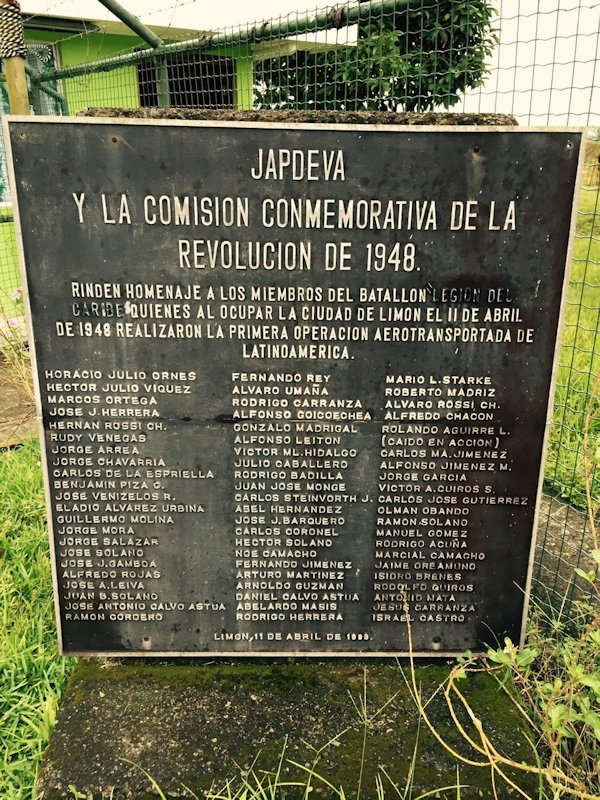 Placa en el aeropuerto de Limón, que incluye el nombre de todos los miembros de la Legión Caribe
