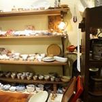 茶々工房 - 店内には陶器のギャラリーがあります。