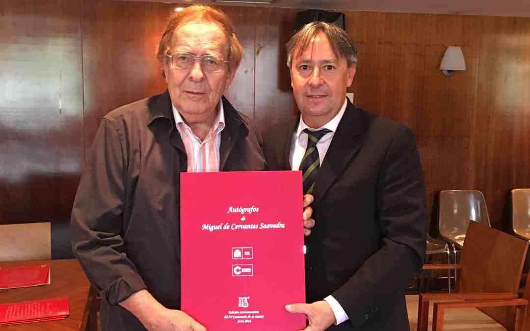 Entrega de la obra Autógrafos de Miguel de Cervantes a Ramón Tamames en Los Cursos de La Granda, en Asturias