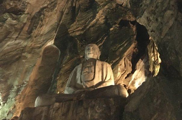 洞窟巨大石仏