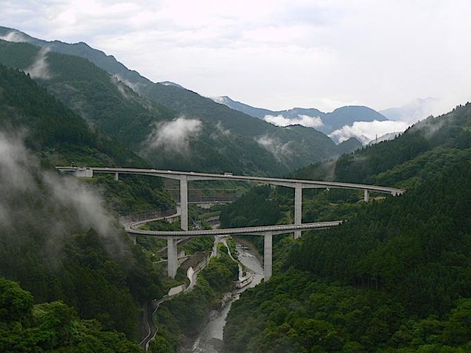 巨大な谷に架かる雷電廿六木橋