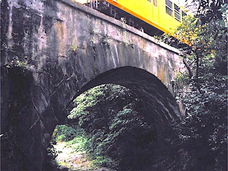ねじり橋(六把野井水拱橋)