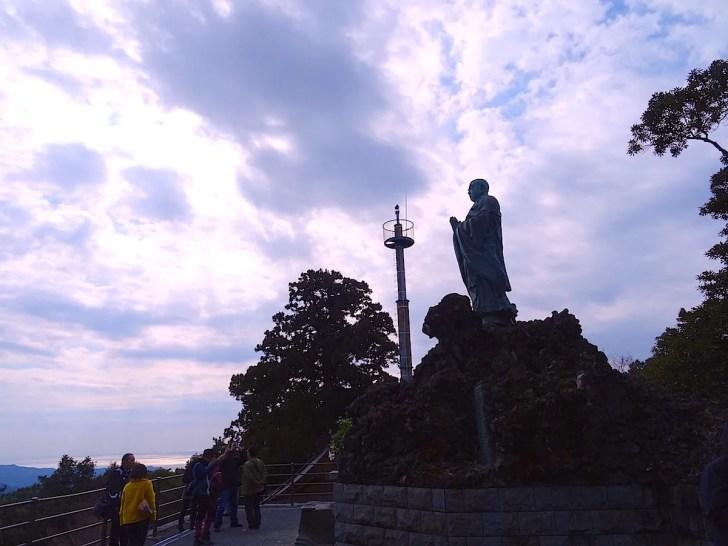旭が森に建つ日蓮聖人銅像