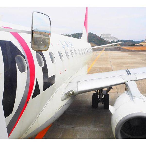 2016年最初の飛行機はjalのちっちゃいの。E170。でも初エンブラエルだったのでちょっとワクワクドキドキしました。今年もいろんな飛行機に乗れるといいなぁ。#jal #JAL #飛行機