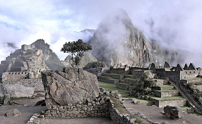 雲の煙るマチュピチュの遺跡画像