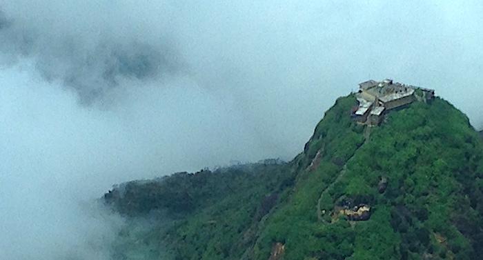 スリランカ、聖なる山スリーパーダの山頂