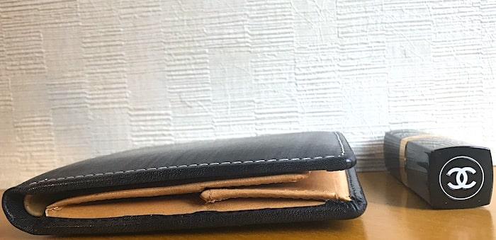 おすすめのお財布の厚みをリップと並べた画像