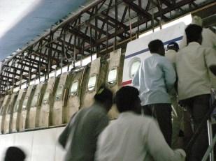 Ils ont tout refait: temple jaïn, ville de Bombay, fontaine romaine… et ici, un avion.