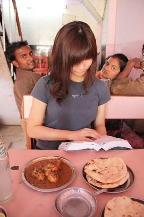 les Indiens adorent se faire prendre en photo. Avec un curry au poulet.