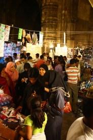 C'est un quartier musulman, et on mange volontier de la viande (poulet, chèvre, mouton ou buffle-attention cœur sensible au marché), des samosas sont petits et supers piquants.