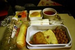 Un en-cas léger servi entre Mumbai et Delhi car notre avion a fait escale par Delhi avant de partir pour Tokyo. Du samosa, des pois et idli