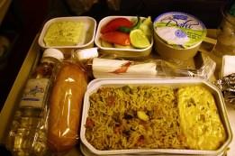 Et le repas, entre Delhli et Tokyo sur Air India. Un curry blanc végétarien, pas mal du tout