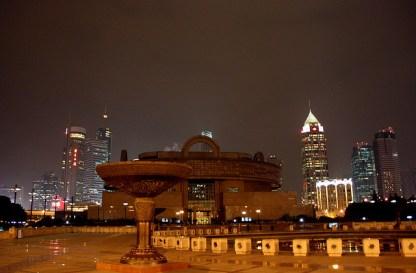 Le musée National. La ville se transforme la nuit.