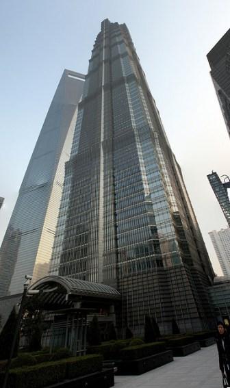 Dans le quartier des gratte ciel, Pudong. Montons au… 87e étage de ce Mori Building qui a ~120 étages (c'est celui avec un trou)