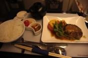 Menu européen avec riz et soupe miso.