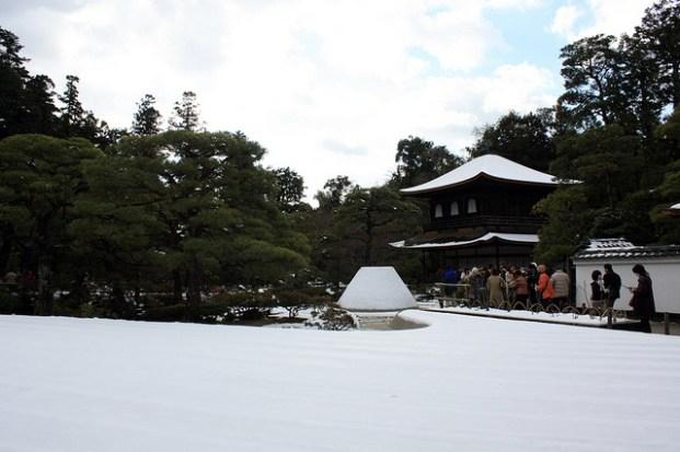 Même le célèbre jardin zen du Pavillon d'Argent, Ginkaku-ji, était sous la neige.