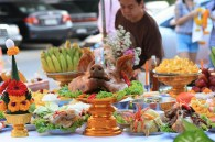 De nouveau à Bangkok, où une cérémonie se prépare. バンコクにて。お供え物準備中。