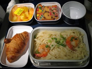 China Southern Airlines, pendant le vol Paris/Gangzhou. 2 crevettes qui se battent sur les nouilles 中国南方航空にて。パリから広州空港のフライトで。この麺の量でこの具の量。笑っちゃいました。でも味はサッパリで悪くなかったです。2007年。