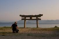Un torii à moitié enseveli