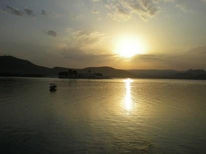 Le bonheur du voyage: regarder le soleil se lever et se coucher. (Udaipur)